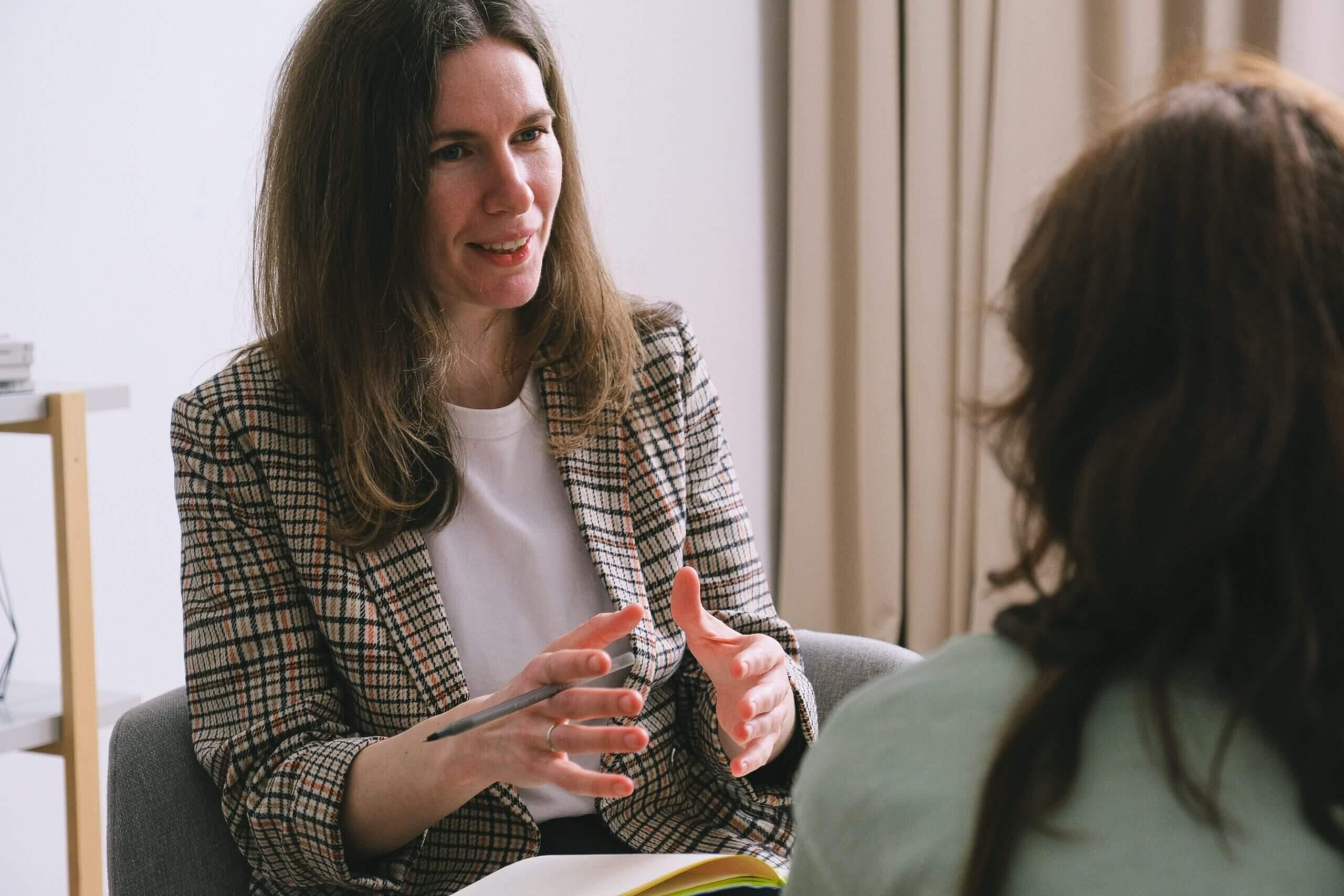 Женщина психолог знакомится с пацинетом